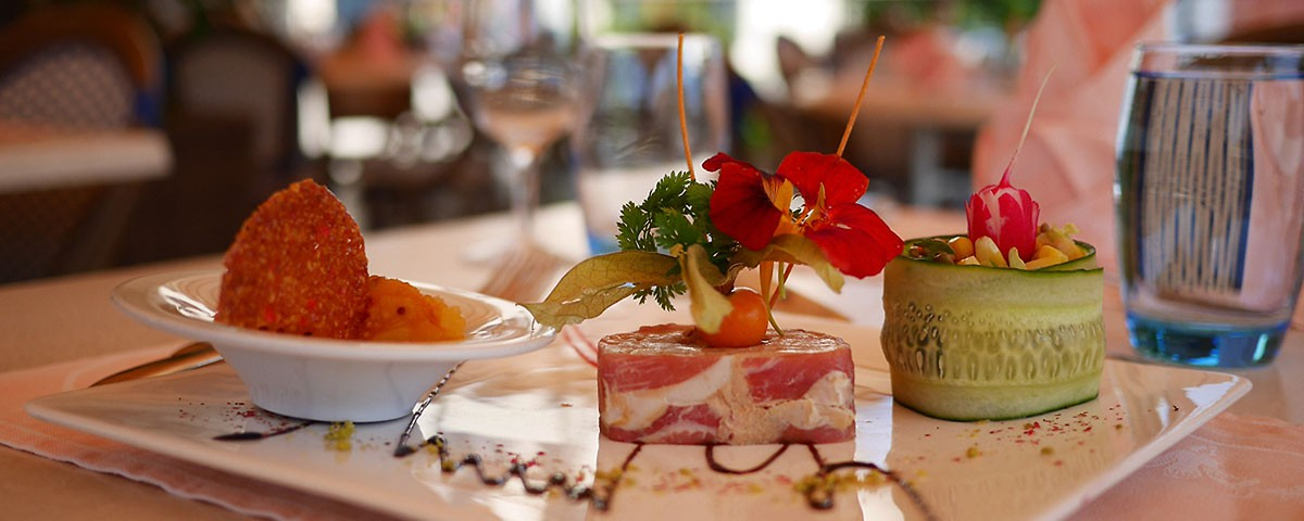 Pressé de foie gras de canard aux fruits exotiques Auberge de Gilly